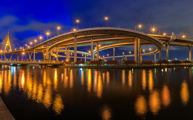 Led verlichting onder zeer grote brug en in het water