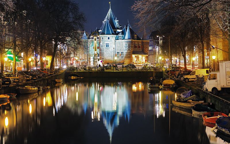 Led verlichting schijnt tegen Nieuwmarkt Amsterdam