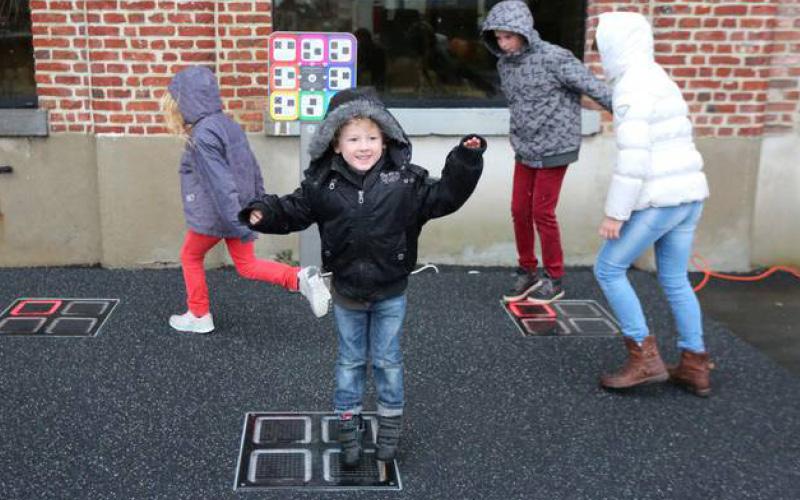 Twinkeltegel op schoolplein met kinderen