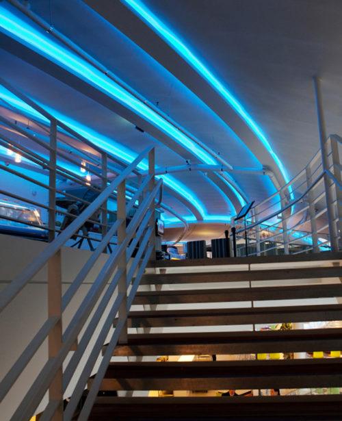 Led verlicht Plafond in blauwe banen